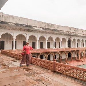 Agra fort pose.. Gue suka banget dengerin history dibalik semua gedung di india.. Asli dah.. . . . . . . . . #khansamanda #agra #india #visitindia #wonderful #beautifuldestinations  #khansamandatraveldiary #travel  #travelphotography #travelblogger #indonesiatravelblogger #travelgram #womantraveler #travelguide #travelinfluencer #travelling  #wonderful_places #indtravel #indotravellers #exploreindia #bestplacetogo #seetheworld #solotravel #agrafort #clozetteid