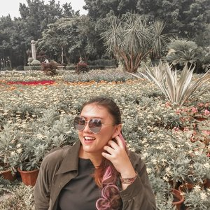 Ngga dimana mana, kalau ada taman bunga, bawaannya mah mau foto aja.. Ini bunga bunga di sampingan jalan raya banget anyway wkwkwkw, deket stasiun metro yang gue lupa apa namanya.. Anyway, happy weekend! . . . #khansamanda #khansamandatraveldiary #clozetteid #wonderful #beautifuldestinations #travel #travelphotography #travelblogger #indonesiatravelblogger #travelgram #womantraveler #travelguide #travelinfluencer #travelling #wonderful_places #indtravel #indotravellers #bestplacetogo #seetheworld #solotravel #ootdplussize #ootdbigsize #plussizeindonesia #plussizefashion #plussizemodel #china #guangzhou
