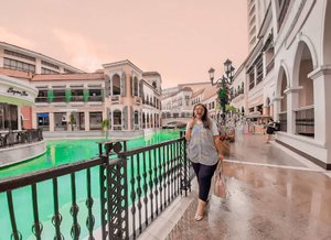 Enjoy my evening at Venice Grand Canal McKinley Hill..❤🇵🇭 Kalau ke filipina, coba ke daerah BGC dan ke Venice Grand Canal Mall deh.. suasananya syeperti di eropaah zheyeenkkk... wkwkwk  Mau naik perahu?bisa.. Bayar 300 peso / orang . . . . . . . #khansamanda Philippines #BGCManila #wonderful #beautifuldestinations  #khansamandatraveldiary #travel  #travelphotography #travelblogger #indonesiatravelblogger #travelgram #womantraveler #travelguide #travelinfluencer #travelling  #wonderful_places #indtravel #indotravellers #exploreindonesia #bestplacetogo #seetheworld #solotravel  #clozetteid #manila