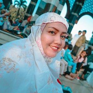 Mandatory selfie every eid ❤  Mukenah on.. Nengok kanan or kiri.. Cekrek... . . . . #khansamanda #khansamandatraveldiary #clozetteid #wonderful #beautifuldestinations #travel #travelphotography #travelblogger #indonesiatravelblogger #travelgram #womantraveler #travelguide #travelinfluencer #travelling #wonderful_places #indtravel #indotravellers #bestplacetogo #seetheworld #solotravel #ootdplussize #ootdbigsize #plussizeindonesia #plussizefashion #plussizemodel #kubahemas #guangzhou #eid