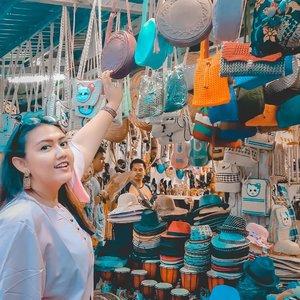 Selalu suka ke pasar pasar oleh oleh soalnya banyak barang yang lucu lucu wkwkwkwk tapi kalau di pasar pasar begini, siap siap nawar beb.. Krn harga udh pasti main di tembak aja 😂 . . . #khansamanda #khansamandatraveldiary #clozetteid #wonderful #beautifuldestinations #travel #travelphotography #travelblogger #indonesiatravelblogger #travelgram #womantraveler #travelguide #travelinfluencer #travelling #wonderful_places #indtravel #indotravellers #bestplacetogo #seetheworld #solotravel #ootdplussize #ootdbigsize #plussizeindonesia #plussizefashion #plussizemodel #puncak #bogor