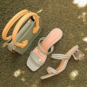 Punya kaki gede? Ga masalah soalnya @zode.id punya berbagai sepatu wanita yang super comfy, muat di kaki besar dan modelnya lucu lucu..❤⭐❤⭐Ini gue pakai yang alicia heels green..Warnanya hijau pastel, cantik banget dan ini bahannya kuat, bukan yg abal gitu.. jd walau badan gue dan kaki gue gede, ga cepet rusak.. dipakenya juga empuk banget, ga bikin kaki sakit sama sekali.. Jujur krn gue badannya gede, kalo pake sepatu ga bagus tuh pasti gampang rusak krn ga bisa nopang beban tubuh gue, tapi sepatu dari @zode.id ini udh terbukti ga cepet rusak di gue.. makanya cinta banget karena kualitasnya bukan abal abal..Di pakai ke acara formal atau engga, sepatu sepatu di @zode.id bikin kita kece.. dan yg gue suka, model yg ini heels nya yg tahu dan kaya kaca bening jadi terkesan mahal banget.. super cantik❤Di shopee dia lagi ada diskon loh coy.. ga main main diskonnya gede banget.. cus langsung di cek ke ig nya @zode.id atau langsung ke shopee nya https://shopee.co.id/zode.official--Product detail :Brand : @zode.idVariant : Alicia Heels GreenSize : 40 (insole 25cm)Price : Rp. 350k tapi lagi diskon 49% jadi cuma Rp. 180k!! (Shopee)...#CLOZETTEID #clozetteambassador #khansamanda #motd #makeupoftheday #beautynesiamember #bloggermafia #beautybloggerindonesia #jakartabeautyblogger #sociollabloggernetwork #femaledailynetwork