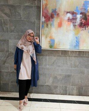 Kalo ga ketemu Rindu, tapi kalo udah ketemu makin Rindu gak mau pisah.. Jadi harus gimana 🧐Yang penting #ootd dulu lahh -#clozette #clozetteid #ootdid #ootdindo #heavenlights #heavenlightscustomer #inlovewithhl #umrohwithhl #hlpremiumscarf #deyapants #hijabfashion #hijabstyle #lb #style #hijabers #hijabista #hijabootd #hijabootdindo #lookoftheday #lookbook #fashion #style #lb #jktspot #jktspotphoto #indotravellers #indotraveller #indotravel #travelphotography