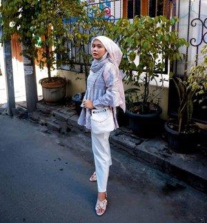 Looks girly wearing this outfit, right?🤭 _#IedWithKlamby2020 #KaryaAsliKlamby #iamwearingklamby#kanakascarf#harumseriesklamby#jeumpablouse#umrohwithklamby2020 #teampvra#ootd#ootdid#hijabstyle#hijabfashion#clozetteid#clozette#fujifilm#eidmubarak