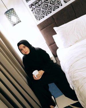 Mau ngobrol dari hati ke hati, sini duduk bareng sambil ngopi ☕-#clozette #clozetteid #ootd #ootdhijab #hijablook #black #staycation #hlladies #umrohwithhl #heaven_lights #heavenlightscustomer #inlovewithhl #kulothl