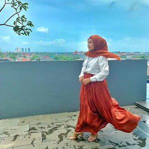 Sabar ya, aku ingin menghampirimu namun ada angin kencang didepanku 🌬🌬Maapkeun hijab yang sudah tak terbentuk, gimana kalo fokus ke Opelia Skirt aja 😉 Skirt cantik yang didapatkan tanpa harus jastip-jastip ini dari @heaven_lights 🥰-#hlmonthlygiveaway #hlladies #setiabersamahl #heavenlights #heavenlightscustomer #clozetteid #clozette #deyapantshl #deyapants #opeliaskirt #rumbiavoal #hijabstyle #hijabootd