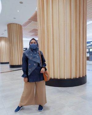 Masih #ootdvanillahijab Wearing #vanillahijabceria and #tanyablouse.Beli scarf ini karena tau dapet masker gemeshnya juga 😍 Karena belum punya masker yang satu motif dengan scarfnya.Kebetulan juga @vanillahijab ngeluarin si tanya blouse, jadi senada deh si Scarf sama blouse nya 💕-#vanillahijabceria#vanillahijabstyle#sistervanillahijab#ootdvanillahijab#ceriascarf#clozetteid#clozette#ootd #ootdid #lb-