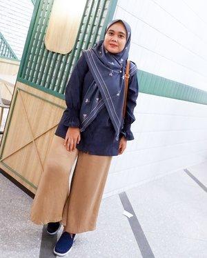 Selamat pagi, pakai outfit yang menurutmu bisa bangkitin mood kamu pagi ini. Kaya aku yang pakai #ceriascarf biar bisa menjalani hariku dengan kecerian hari ini 🌷-#vanillahijabceria#vanillahijabstyle#sistervanillahijab#ootdvanillahijab#ceriascarf#clozetteid#clozette#ootd #ootdid #lb-