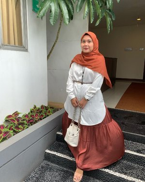 Wear what you love 🧡Head to toe with @heaven_lights // Rumbia Voal // Daily Tunik // Opelia skirt-#hlladies #hlmonthlygiveaway #ootdwithhl #setiabersamahl #heavenlights #heavenlightscustomer #inlovewithhl #clozetteid #clozette #lb #hijabootd #hijabfashion
