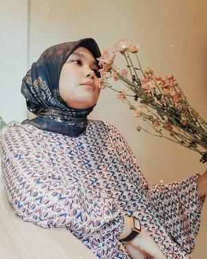 Pagi-pagi menghirup wangi bunga bikin mood makin seger lagi. Tapi bunga apakah yang dimaksut ? 🤭💐💐Selamat pagi, selamat hari Selasa.-#heavenlights#umrohwithhl#hlladies#hlpremiumscarf#RuwaScarf#hlraya2020#eidwithhl#heavenlightscustomer#inlovewithhl#clozette #clozetteid#flowers #scarf #scarfstyle#tezzaapp#lb