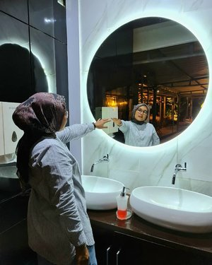Tanpa bayang-bayang kamu tidak akan bisa menjadi seperti sekarang 💎💎Mirror mirror in the wall who is the most beautiful in the world? Of course not me 😅🤪-#clozette #clozetteid #heavenlights #umrohwithhl #heavenlightscustomer #hlladies #hlraya2020 #heavenlights #eidwithhl #inlovewithhl #mirror #lb #fff #like #hijabfashion #hijabstyle #lb #style #hijabers #hijabista #hijabootd #hijabootdindo #lookoftheday #lookbook #fashion #style #indotravellers #indotraveller #indotravel #travelphotography