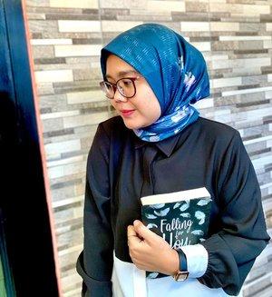 Baca buku apa hari ini? Ehh masih pada baca buku ga si 📒-#hlladies #hlmonthlygiveaway #setiabersamahl #ootdwithhl #heavenlightscustomer #heavenlights #hlpremiumscarf #clozetteid #clozette #iphone #shotoniphone #iphonesia #lb #like