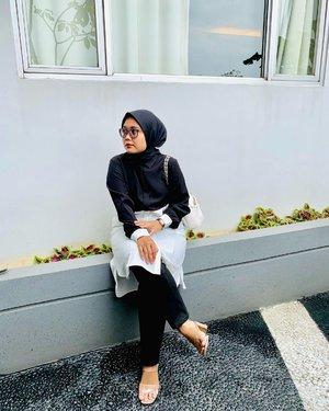 New Profile Pic ~ Happy Monday 🖤🤍Team monochrome mana suaranya nih? Black n white never failed 🖤🤍Head to toe masih #ootdwithhl @heaven_lights // koleksi februarinya cuakep cuakep semua masyaAllah 😍 Pantsnya always Deya Pants yaa.-#hlladies #ootdwithhl #setiabersamahl #hlmonthlygiveaway #heavenlights #heavenlightscustomer #inlovewithhl #ootdfashion #hijabfashion #fashionhijab #clozetteid #clozette #monochrome #blacknwhite #black #white #shotoniphone #iphonesia