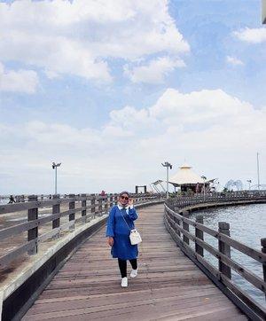 Maunya cepetan weekend aja lagi 🌤  #haideeorlinootd with Lesya Midi Knit Blue #haideeorlinxbahjatina   - #haideeorlin #clozette #clozetteid #weekend #travelling #travelphotography