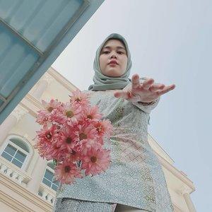Happy 🌸🌸 Flowers from @ab_mrazy , thank you ka 💕Beautifull 👗 collection @heaven_lights x @megaiskanti 💕-#clozetteid #hlladies #umrohwithhl #eidwithhl #hlraya2020 #inlovewithhl #heavenlights #heavenlightscustomer #ootd #flowers #selfie #eidmubarak