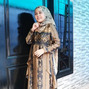 Super love with this outfit for Eid this year 💖 #inlovewithhlTerima kasih @heaven_lights @hlpremium_scarf, mba @jihan_ & mba @emanazmah udah ngasih motif yang cantik banget dengan harga yang affordable 😍_#hlraya2020 #hlladies #umrohwithhl #heavenlightscustomer #hlpremiumscarf #eidwithhl #heavenlights #hennadress #hennadresshl #clozette #clozetteid #evidirumahaja #ootd #ootdfashion #hijabfashion #hijabstyle