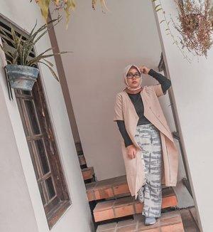 Cuma mau bilang, kalo akutuh punya hastag khusus disetiap foto yang ada di luar kota 😊 contoh kaya foto ini #evidijogja, yes ini foto lama waktu di Yogyakarta.Kebanyakan foto jadi lupa kalo ada yang belum di up 🤭Another hastag :#evidipantai#evidiSurabaya#evidiBandung#evidiBogor#evidiTegal#evidiJogjaWhat's next 🤔 #evidi.........Yuk ahh jalan-jalan lagi._#clozetteid #clozzete #ootd #kangenliburan #IAmWearingTIA #travelling #travel #hijabstyle #hijabfashion #fashion #girls #Indonesia