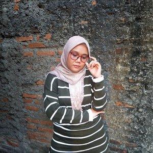 Beginilah ekspresi kalo gajian belum turun tapi Daily Shirt @heaven_lights udah nongol di Katalog 🤔.#HLLadies #hlraya2020 #eidwithhl #heavenlights  #heavenlightscustomer  #inlovewithhl #umrohwithhl #clozetteid #clozette #ootd #hotd #hijabstyle #hijabfashion #lfl #lb