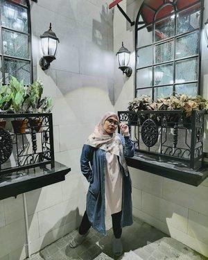 Selamat sore dari aku yang main di pojokkan 😋🤓Head to toe wearing @heaven_lights @hlpremium_scarf 💜💜_#clozetteid #clozette #heavenlights #umrohwithhl #hlladies #hlraya2020 #eidwithhl #heavenlightscustomer #inlovewithhl #hlpremiumscarf #DeyaPants #deyapantshl #ootd #ootdhijab #hijablook #hijabstyle #lb #like #ff