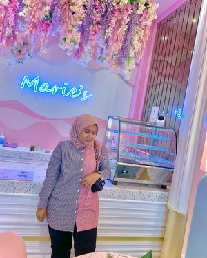 Happy new week 🌸🌸 Feeling so pinky at this place with beautifull shirt from @heaven_lights  📍 @mariesrecipe  Citra Garden 8, Kalideres, Jakarta Barat  -  #hlladies #hlmonthlygiveaway #setiabersamahl #ootdwithhl #heavenlightscustomer #heavenlights #hlpremiumscarf #dailyshirt #flowers #clozetteid #clozette #iphone #shotoniphone #iphonesia #lb #like #jktspot #jktspotphoto #jktgo #cafe #cafedijakarta #instagram