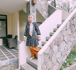 Hotel rasa rumah sendiri ~ Semoga aja cepet membangun rumah tangga, ehh maksutnya tangga rumah, ehh maksutnya tangga. Iya itulahh 🤭  📍Puteri Gunung Hotel  _ #staycation #clozetteid #travelling #umrohwithhl #haideeorlinootd #hlladies #zara #teampvra #evidibandung #lb