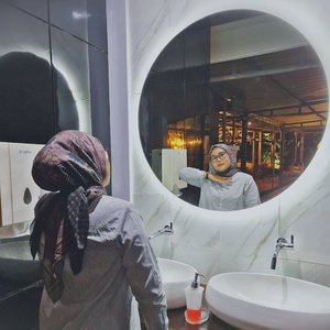 Nobody not loves mirror 😜--#clozetteid #clozette #hlladies #haideeorlin #ootdwithhl #hlmonthlygiveaway #selfie #setiabersamahl #heavenlights #hlpremiumscarf #dayanascarf #deyapants #deyapantshl #poloknit #ootd #ootdid #lb #likes #lfl
