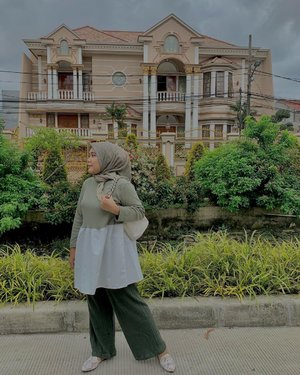 Mendung tak berarti hujan, ini langitnya gelap tapi dimuka panas lohh 😃--#hlladies #hlmonthlygiveaway #setiabersamahl #ootdwithhl #hijabers #hijabmodesty #hijabstyle #streetstyle #hijabootd #ootdhijab #ootd #ootdfashion #ootdstyle #lb #lfl #likesforlike #fashion #green #garden #flowers #clozetteid #clozette #streetphotography #street #streetstyle #view #jktspot #jktspotphoto #mashrascarf #mashrascarfhl #dhinkablousehl