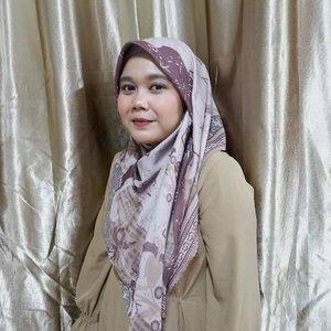 Finally... Blush on keliatan juga dikamera 😋No filter-filters pokoknya. Udah suka banget sama look ini. ❣️_Cuma mau bilang jangan lupa bersyukur.Yaa aku bersyukur banget akhir-akhir ini, karena ternyata hal yang aku ingini dipermudah. Contohnya aku lagi butuh banget baju polos, karena sangking banyaknya hijab premium yang ku punya sekarang 🤭 ehh ketemu sale dadakan dari web @wearingklamby, gimana ga bahagia loncat-loncatan dongs. 🤩🤩🤩._Inget, keberuntungan mu itu ada sedikit doa dari ibumu.Selamat berbuka puasa gengs.#clozetteid #clozette #iamwearingklamby #IswaraScarfKlamby #klambyloyalcustomer