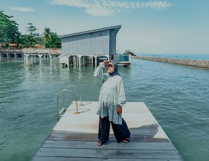 Jangan salfok lagi, iyaa itu yang dibelakangnya emang type private nyaa. Untuk harga cek sendiri ya zheeyenggg.Semoga soon bisa ambil type kaya gitu ya 😍 private poll dengan view laut langsung🌊Happy friday, besok udah weekend lagi aja yak 🙈-#clozette #clozetteid #holiday #weekend #ootd #hijabtraveller #travelling #sea #anyer #evidianyer #lb