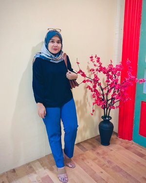 Feeling so blue with Deya Pants Diva Blue collection @heaven_lights x @megaiskanti 💙-#hlladies #teampvra #ootdwithhl #hlmonthlygiveaway #setiabersamahl #localbrand #supportlocal #outfit #look #lookbook #lb #likes #heavenlights #heavenlightscustomer #hijabers #hijabootd #hijabootdindo  #deyapantshl #deyapants #clozetteid #clozette