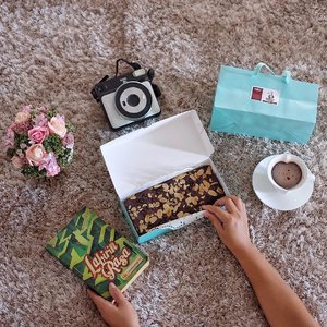 Sometimes happiness comes from a simple kind of acts like knowing how care your friend is. . . . #friendship #brownies #afternoonbreak #clozetteid #lifestyle #dessert