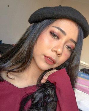 Ada yang mau lipstick gratis? Coba tebak, ada berapa boneka Cisty di atas tempat tidur? Yang bener dan paling cepet aku kasih 2 lipcream. Ntar bisa milih sendiri hehe. Ongkir ditanggung masing-masing tapi yaa...� � Jangan lupa like foto ini dan follow @christyrsm ya tapi! 😜� � Baru aja nyobain Eyeshadow Pink Goddes @esqacosmetics x @abellyc sukaaa! Pinknya cakep abis! 🤤� � #makeupoftheday #motd #ivgbeauty #clozetteid #indobeautysquad #makeuptutorial #tampilcantik #giveawayindo