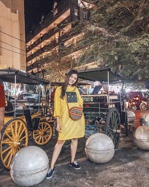 temanin ibu-ibu lagi nyari batik dulu katany. berhimpit-himpit dengan para pejalan kaki, keringat, bau asap rokok, live music semuanya berjalan dalam serentak dan aku sibuk dengan mencari moment untuk foto 😅🤣 kalian ngerasain hal yg sama gak sih klu lagi ke malioboro?? . . . #ceritaku #elsatravels #clozetteid #ootd #koreastyle #blogger