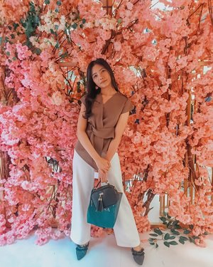 "Belom bisa move on dari background bunga"" ini 🤣😍😍 semoga kalian gak bosan ya!!!! sayang aja sih gak dipost ktna setiap photo punya moment tersendiri 😊 . . . #clozetteid #flowers #latepost #blogger #trousers #ootd #cutestyle #lookbookindonesia #igers #whatiwear"