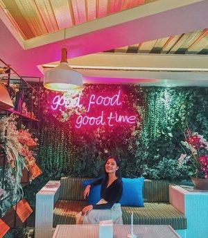 Good food, good time 👌🏿 Dimana ada makanan disitu mood akan lebih baik dan bahkan lebih tepatnya buat ngobrol jadi lebih afdol 😂 . . . . . . . #clozetteid #beautybloggers #garden #snack #story #bloggerperempuan #hits #blogger #travel #instadaily #fashion