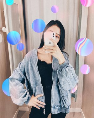 Stay or leave Bertahan atau menyerah  Selalu ada pilihan dalam hidup. Itu tergantung keputusanmu untuk memilih . . . . . . . #clozetteid #ootdfashion #ootd #jacket #latepost #lookoftheday #lookbook #mirror #mirrorpic