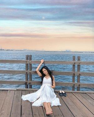 I believe that everything happens for a reason - Marlyn Manroe  Banjir mengajarkan kita untuk lebih bersyukur dan lebih bijaksana lagi dalam memilih pemimpin ke depannya 😇 . . #clozetteid #clozette #beach #latepost