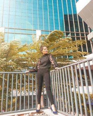 Selalu bertahan dalam setiap pergumulan hidup. Mengajarkan ku untuk lebih dewasa dan bijaksana. dan belajar untuk mencintai diri sendiri 🤩how about your day?......#clozetteid #clozette #black #ootd #fashionlook #blogger #model #bloggerperempuan #beauty #asian #nature #leggings