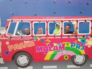 Lagi naek bus yang disopirin papa 😄😁. Buat foto kayak gini, saya harus jinjit dan Ayyas digendong bapak suami @hudaarifin_yip. Buat seru-seruaaan di Pekan Raya Jakarta 🤗 Tukang poto : Mas @gofarros  #familytime #lidbahaweres #clozetteid #happytimes #lovelive