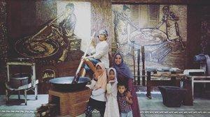 Datang ke Kudus sekarang sudah ada destinasi wisata baru yakni Museum Jenang yang terdapat di Kota Kudus. Museum ini baru buka saat lebaran tahun ini. Pas lebaran kemarin saya datang juga ke sini tapi penuh banget. Hari ini agak senggang.  Kalau ingin tahu sejarah jenang Kudus, miniatur Menara Kudus, Mushaf Al Quran jumbo dan lain-lain, bisa kunjungi tempat ini. Masuknya gratis loh.  #kudus #jateng #wisata #familyphotography #islam #jenang #clozetteid #lidbahaweres