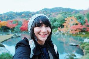 Nemu foto pas lagi solo traveling di Jepang, tepatnya di Kyoto. Ini pas lagi musim gugur dengan suhu sekitar 16°. Fotonya selfie karena gak bawa tripod wkwkwk mau minta difotoin juga males, jadi selfie aja deh.Kangen banget traveling, ngisi energi dengan jalan-jalan sendirian keliling kota, terus ngemil random. Di foto ini belum pake behel wkwkwkwk kangen juga gigi gak pake pagar. Duh kapan ya behel ini bisa dicopot? 🤣🤣#random #throwbackthursday #cKjapantrip #japantrip #japan #solotraveler #cKinJapan #kyoto #clozetteID