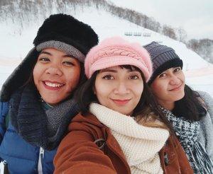 """Berawal dari keinginan ke Jepang pas musim dingin untuk main salju. Lalu dua ciwi ini pengen ikutan juga biar bareng-bareng. Harusnya pergi berempat sama @t.ff.y sayangnya dese batal. *huuuu* . Lalu berlanjut bikin WA group """"Geng InsyaAllah JPN 2018"""" yang ngomongin soal itinerary sampai tiket diskonan. Kesampaian dapet pesawat ANA yang harganya diskon dan akhirnya bisa main saljuuuuu! . Kadang niat itu emang harus disertai usaha dan tentunya doa supaya bisa tercapai. . Jadi ke mana lagi abis ini? . . . #chikatravelstories #throwbackholiday #holiday #vacation #clozetteID #travel #travelgram #traveler #instatravel #cKjapantrip #japantrip #japan #chikastufftrip"""