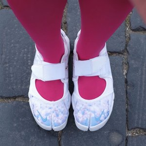 Kesampean punya Nike model kuku kambing ini. 😂😂😂 . Dari dulu pengen banget punya tapi labil ama warnanya. Lalu @kepikcantik nawarin sepatu dia yang motif Sakura made in Indonesia. Langsung aku beli! . Cantik ya penampakannya! ❤️ . . . #sotd #shoesoftheday #clozetteid #shoes #madeinindonesia #nike #nikewomen #nikeshoes #fashion #instafashion #travel #travelgram #traveler #instatravel #chikastufftrip #cKtrip #travelphotography #travelingram #traveling #cKrussiatrip #russiatrip #russia
