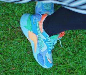 Naksir sepatu ini awalnya dari IG story @tbputera yang ngepost foto sepatu @puma x @atmos_japan. Suka banget yang warna biru, kayaknya stand out sendiri. Sepatu ini dirilis awal Desember. Sejak itu mulai hunting di akun-akun jastip sampe usaha nyari ke Malaysia. Ternyata, di Malaysia cuma jual 1 warna dan bukan yang ini. . Kebetulan @rezaphlv ada rencana ke Jepang dan aku mencoba usaha nitip, siapa tau dibeliin. Alhamdulillah doa ini didengar dan sepatu cantik ini menambah koleksi di rumah. Terima kasih #ejastip telah mewujudkan mimpi ini. :))) . Tahun baru, sepatu baru yekaaaan~ . . . #clozetteID #shoes #sneakers #puma #pumaxatmos #atmosjapan