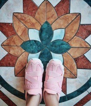 "Salah satu hasil dari thread IG Story ""Inspirasi Kado Chika"" yang memudahkan orang-orang tersayang dalam mencari kado ultah buat yours truly.  Masih ada 3 barang lagi nih yang belum kebeli. Yang mau ngasih kado bisa cek highlight ""Kado Chika"" yaaa! 🤣🤣🤣  Makacih @dheeyana untuk kadonya. 😘  #birthdaygift #kadoultah #kadochika #gift #shoes #sneakers #skechers #clozetteID #fashionista"