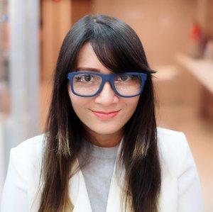 """Yaaassss!! Inilah kacamata yang akhirnya aku pilih di @optik_kmn. Sempet bingung banget mau pilih yang mana karena banyak banget yang aku suka. . Walaupun survey netizen berkata """"Nay"""" pada kacamata ini, namun tetap aku beli. 🤣🤣 . . . #optikkmn #klinikmatanusantara  #Clozetteid #ClozetteidReview #clozetteidxklinikmatanusantara #review #glasses #newglasses #adidas"""