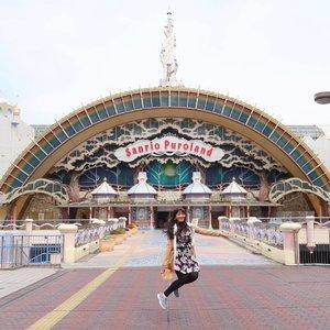 Akhirnya bisa pergi ke Sanrio Puroland! Ke sini pas hari Senin yang ternyata cukup sepi sampe bisa foto-foto di depan pintu masuk kayak gini. Sebagai pecinta Sanrio, rasanya wajib pergi ke tempat ini. Ada Hello Kitty, My Melody, Little Twin Stars, Rilakkuma, sampai dengan Gudetama. Kalau kamu, siapa karakter Sanrio yang jadi favorit? . 📸 by @puriichan . . . #sanrio #sanriopuroland #sanriojapan #travel #traveling #travelgram #instatravel #travelphoto #cKtrip #chikastufftrip #cKjapantrip #japantrip #japan #chikatravelstories #clozette #clozetteid #levitation
