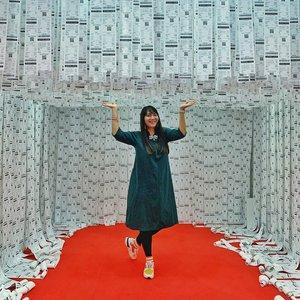 Sekitar dua minggu yang lalu nyempetin ke #MazeofDecision di Senayan City. Ini adalah instalasi labirin yang arahnya ditentukan berdasarkan pilihan-pilihan jawaban sendiri.   Serunya adalah, tiap ruangan itu punya desain yang menarik jadi bisa foto-foto di sini. Ending ruangannya tergantung dari pilihan jawaban. Untung ke sini bareng kakak @djatya jadi ada yg fotoin wkwkwkwk...  #labyrinth #clozetteID #ootd #fashion #fashionista #dailyphoto #instafashion #art #artinstallation