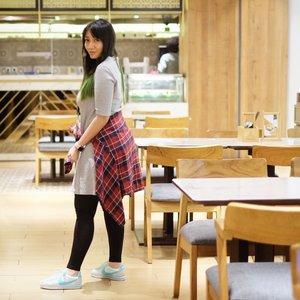 Selama 3 hari ini bakal nongol terus di #SMWJakarta demi eksistensi di dunia social media. #sikap . Kemarin pakai dress dan kemeja flannel dari @uniqloindonesia. Sepatunya baru beli pas ke Kuala Lumpur weekend kemarin. Cucok ndak? . 📸 by @qunizakia . . . #ootd #outfitoftheday #fashion #fashionista #mystyle #cKstyle #clozetteID #uniqlolifewear #uniqloindonesia #clozetteambassador #dailyfashion