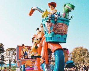 """Lagi di Tokyo Disneyland *halu* Missing the parade 🙂 Tadi ngubek2 foto pas di Jepang, pengen nulis lagi tapi kok fotonya ga ada yang bagus 😅 Aku kalo udah liburan suka lupa buat foto detail2 kecil, antara keasikan menikmati langsung atau salah fokus :"""") DAN KARNA MEMORI HP RUSAK SEMUA FOTO JEPANG GONE! 😭😭😭😭 #BigDreameraInJapan...#clozetteid #tokyodisneyland #toystory #disneyland #disneylandparade #exploretokyo #ggrep #japanloverme #jntoid #japantravel #disneylover #旅行 #여행 #여행스타그램 #일본여행 #東京ディズニーランド"""